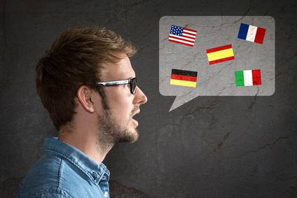 Mann mit Sprechblase voller Landesflaggen