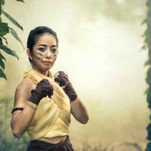 Frau ist gerüstet für Konkurrenz am Arbeitsplatz