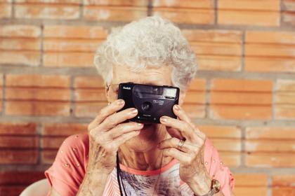 Seniorin mit Kamera