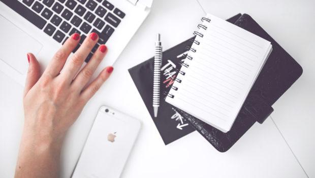 Initiativbewerbung – DIE Chance auf den Traumjob? Frau schreibt am Comupter