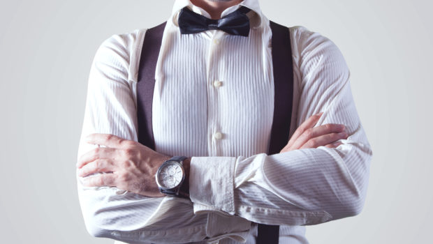 10 Tipps für die richtige Körpersprache im Bewerbungsgespräch, Mann mit verschränkten Armen