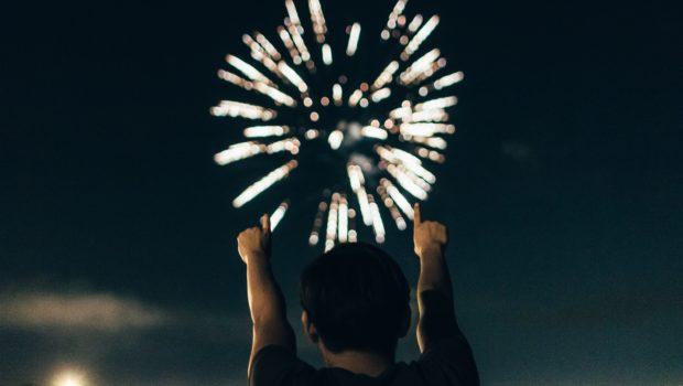 10 außergewöhnliche und spannende Berufe, Pyrotechniker betrachtet Feuerwerk