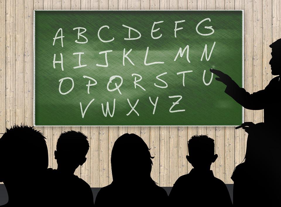 Tafel mit ABC und Schülern