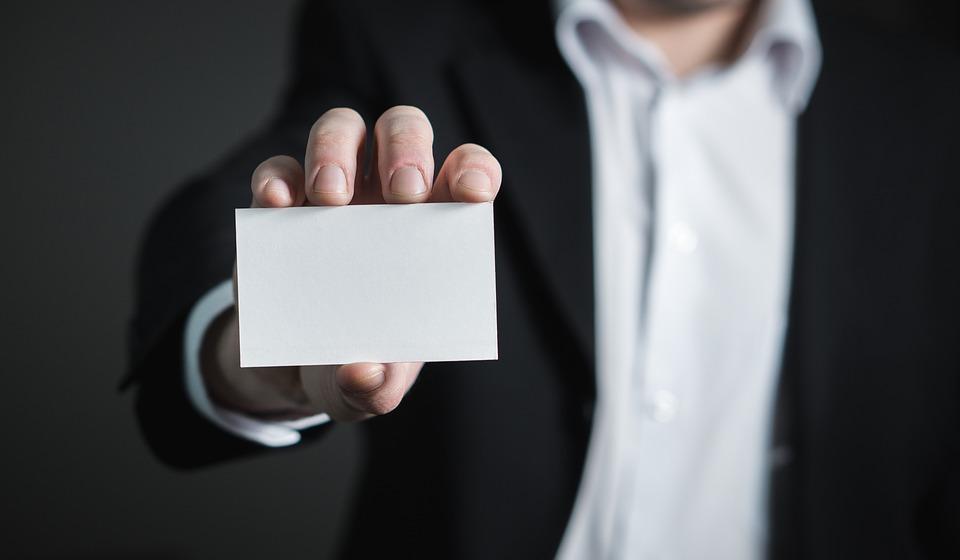 Hand hält unbedruckte Visitenkarte