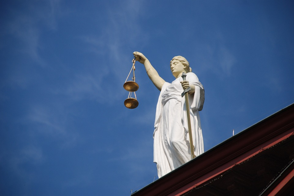 Justitia auf Dach mit Waage und Schwert
