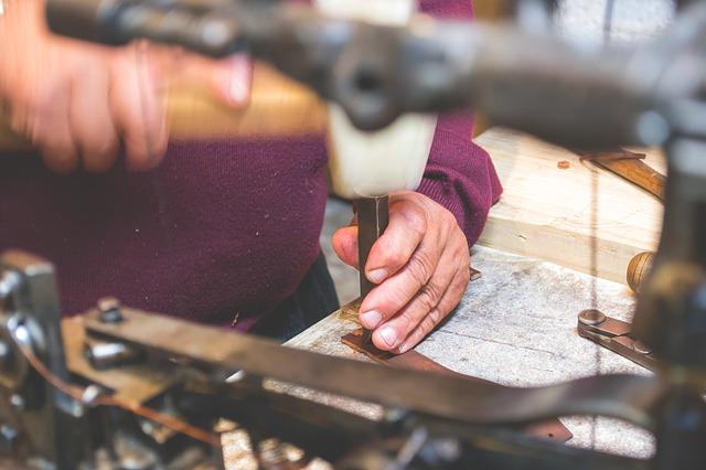 Fotografie eines Lederers bei der Arbeit