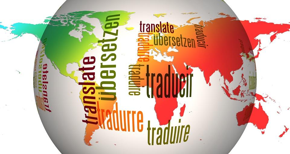 """Weltkarte mit überblendeter Kugel, welche mit """"Übersetzen"""" auf verschiedenen Sprachen beschriftet ist"""