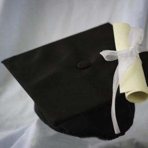 Absolventenmütze und Zeugnis