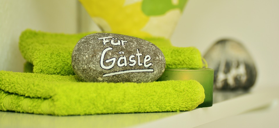 """Ein mit """"Für Gäste"""" beschrifteter Stein liegt auf einem grünen Handtuch"""
