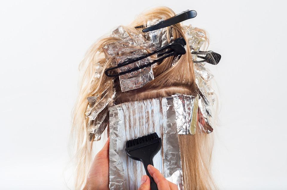 Fotografie eines weiblichen Hinterkopfs beim Haare färben