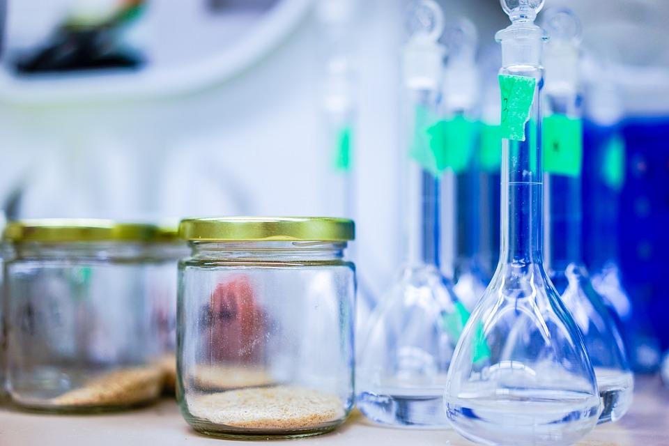 Laborbehälter befüllt mit pulverartiger Chemikalie