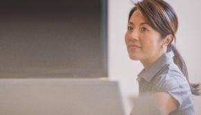 Karrierefrauen, Frauen und Karriere: Hindernisse und Stolpersteine, Frau steht im Büro