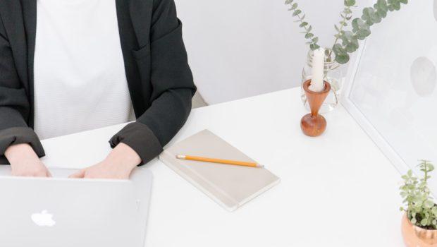 Business Woman sitzt am Schreibtisch - Frauen und Karriere 2 - benachteiligt oder selbst schuld?