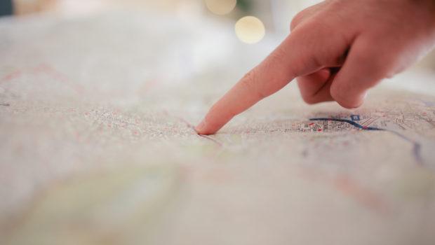 Mit dem Finger auf die Karte zeigen und ein Ziel auswählen.