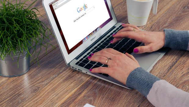 Die Jobbörse – der wichtigste Helfer bei der Stellensuche, Frau benutzt Google und sucht nach dem passenden Job
