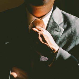 Mann richtet Krawatte