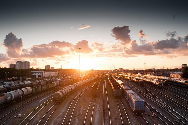 Fotografie eines Güterbahnhofs bei Sonnenuntergang