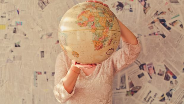Land, Frau hält Weltkugel/Globus