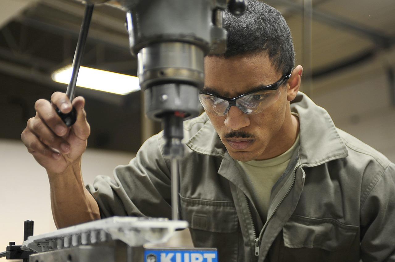 Werkzeugmechaniker beim Bohren